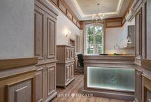 Siedziba Reginalnej Dyrekcji Lasów Państwowych w Gdańsku / Siedziba instytucji znajduje się w zabytkowym odrestaurowanym budynku XIX wiecznego szpitala. Przedmiotem założenia był projekt klatek schodowych, recepcji oraz toalet. Architekt idealnie wywiązała się z zadania używając naturalnego rzeźbionego drewna oraz nawiązującego do epoki oświetlenia tak aby doskonale oddać jej ducha. W aranżacjach toalet również dominują naturalne kolory oraz materiały wzbogacone o grafiki nawiązujące do funkcji budynku.