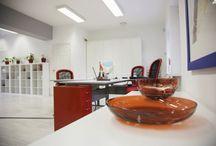 La Communications - Az Év Irodája 2013 jelölt / A La Communications Kft. 156 m2-nyi területen alakított ki minimalista, egyterű irodát, ahol a kortárs képzőművészeti alkotások és dizájntárgyak nagyszerű egységet alkotnak a fehér dominálta minimalista miliővel. A tervek Cselőtei Barbara nevéhez fűződnek, akinek a megálmodástól a kulcsrakész átadásig mindössze KETTŐ hét állt a rendelkezésére.