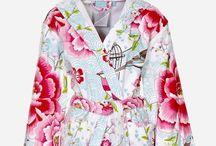 Badjassen bij Zalando / Bij Zalando vind je een ruim assortiment met meer dan 175 Badjassen voor dames & heren. Ook kimono's, badslippers en meer vind je in de ruime collectie. Het assortiment is zeer breed, zo vind je bijvoorbeeld al een basis collectie badjas voor aanbiedingsprijzen vanaf € 11,95. Maar ook vind je bij Zalando vele topmerken met uiteraard de nieuwste collecties. Bekijk bijvoorbeeld eens de badjassen van Desigual, La Perla, Ralph Lauren, Tommy Hilfiger, Vossen of Triumph.
