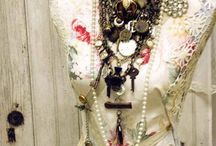 Vintage Jewels / Great vintage jewelry pieces throughout the mall