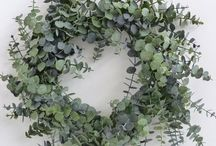 DIY Wreaths / Beautiful and easy diy wreath ideas that you can make at home:  ideas include wreaths made from flowers, burlap, ribbon, moss, paper etc