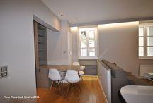 dressing-bureau Paris 05 / Une alcôve dans ce studio a permis d'intégrer un petit dressing, fermé par une porte coulissante suspendue habillée de miroir et verre laqué prune. Le bureau bibliothèque s'intègre dans la pièce. Sur mesure.