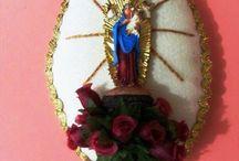 Enfeites de porta / Escapulários, almofadinhas e etc. Produzidos em Feltro, tecido, mniaturas de santos em gesso pintados à mão e contas em geral