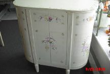 How to Paint Vintage Shabby Chic Furniture, DIY, Painting instructions, furniture makeover, upcycle / Simple how to paint your furniture, shabby chic, romantic, rustic, modern, french country, english cottage, farmhouse, vintage. Tips and colors and how to paint and upcycle.