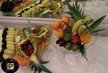 KIELICH OWOCÓW / W kielichu znajdują się owoce według Waszego uznania, winogrona białe i ciemne, gruszki, jabłka, pomarańcze, banany, kiwi, truskawki, mandarynki itp. Wielkość i rodzaj owoców zależy od Ciebie.     Koszt zamówienia zależy od jego wielkości i rodzajów owoców. Dodatkowo naliczana jest kaucja zwrotna za szklany kielich w wysokości 55 zł. Kielich zostaje wypożyczony na okres 7 dni licząc od dnia przyjęcia.