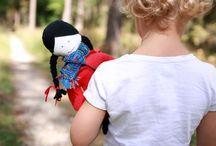 Leśne historie / Las jest magiczny. Snuje historie i opowieści, inspiruje. Otacza go mgiełka tajemnicy. A lalki ożywają i zaczynają odgrywać role rodem z Czerwonego Kapturka