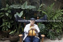 """Sérgio Rodrigues / """"Sergio Rodrigues é esta figura iluminada de personalidade marcante, que soube transformar suas inquietações numa obra coerente e reveladora da cultura brasileira. Sergio é, sem dúvida alguma, uma das mais admiráveis expressões do design em nosso país. O traço coerente e único inscreveu seu nome na história do design do século 20, sobretudo pela criação de uma grande variedade de produtos, dos quais o mais famoso é a Poltrona Mole.""""* *Bibliografia: http://www.sergiorodrigues.com.br"""