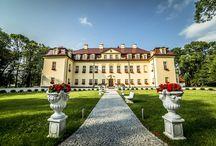 Izbicko - Pałac / Pałac w Izbicku został wybudowany w XVI wieku. P Pałac był niszczony przez kilka pożarów. Pierwszy miał miejsce w roku 1748, gdy jego właścicielami była rodzina von Larish. Następny wybuchł w 1812, a zginęły w nim 3 osoby. Odbudowany został w stylu klasycystycznym. W 1921 roku podczas trzeciego powstania śląskiego pałac został spalony i splądrowany. Tym razem odremontowano go w stylu normandzkim. W latach 1952-1984 służył jako siedziba Państwowej Szkoły Gospodarstwa Wiejskiego. Obecnie - hotel.