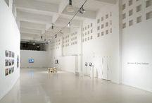 Libia Castro & Ólafsson / Fotografías, vídeo instalaciones, esculturas y proyectos sonoros recientes. Partiendo de las vivencias y los testimonios personales, la inmigración, la especulación urbanística o el mundo laboral son los temas reflejados en sus piezas.