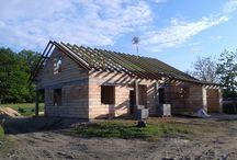 """Projekt domu Nektarynka / Projekt domu Nektarynka to śliczny domek jednorodzinny, przeznaczony dla 4-osobowej rodziny, która """"rośnie"""" i może potrzebować z biegiem czasu więcej dodatkowej przestrzeni. Dom jest parterowy, przekryty dwuspadowym dachem, ze strychem do zaadaptowania na poddasze użytkowe – w drugim etapie. Architektura domu"""