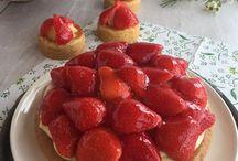 Aardbeien / Aardbeien... onze bakkers maken van deze zomerkoninkjes heerlijke gebakjes en taarten. Let op: wij werken voornamelijk met seizoensfruit dus verkrijgbaar in het aardbeienseizoen (van mei t/m augustus)