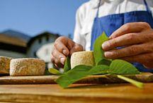 """Qualitätsprodukte vom Bauern - Südtirol / Sie werden nach alten Rezepten handwerklich in kleinen Mengen am Hof produziert, sind von höchster Qualität und besonderem Geschmack: Die bäuerlichen Qualitätsprodukte der Marke """"Roter Hahn"""".   Die eigene Milch wird am Hof zu Käse und Joghurt verarbeitet, aus Äpfeln wird Apfelsaft gepresst und die eigenen Beeren werden zu Fruchtsäften sowie -aufstrichen weiterverarbeitet."""