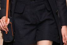 Dziewczyny lubią jeans! / W tym sezonie powraca moda na dżins w różnych odsłonach. Oprócz klasycznych spodni w kolekcjach Valentino czy Gucci znajdziemy również sukienki, spódnice oaz marynarki. Modne są również buty, torebki czy okulary w dżinsowym kolorze.