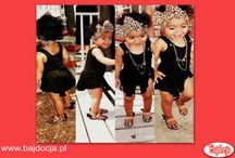 Te dzieci przez swój ubiór wyglądają jak dorosłe osoby. Czy to jest urocze, czy to już przesada? / Coraz częściej rodzice małych szkrabów ubierają je nad wyraz poważnie. Chłopcy noszą marynarki i eleganckie koszule. Natomiast dziewczynki mają wiele ubrań wzorowanych na modzie kobiecej. Ba! coraz częściej zdarza się, że mamy i ich córeczki ubierają się identycznie. Nowa moda z jednej strony jest bardzo słodka, a zarazem zabawna, bo kiedy widzi się małego brzdąca ucharakteryzowanego na poważnego mężczyznę można się popłakać ze śmiechu.   Źródło: popularnie.pl