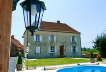 Frankrijk, La Maison Bornat / La Maison Bornat is een voormalige boerderij van 200 jaar oud in de bourgogne, die verbouwd is tot chambres d' hôtes. Naast het gerenoveerde huis ligt een minicamping met nieuw sanitair. De minicamping is ruim opgezet, met rondom uitzicht en heeft 10-15 ruime plaatsen (200-300 m2). De Tendi Safari Lodgetenten staan op ruime, natuurlijke plekken met vrij uitzicht. Uiteraard is er een (verwarmd) zwembad en voldoende speelruimte voor de kleintjes.