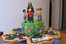 """Cake design: Torta Asilo delle suore e bambini / Torta realizzata per una festa all'asilo delle suore. Pasta frolla riempita con crema alla nocciola e sopra un """"letto"""" di pasta frolla colorata di verde e realizzata per produrre l'effetto dell'erba. Animali, fiori e personaggi in pdz."""