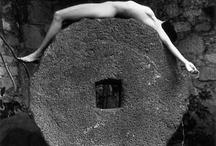 """FLOR GARDUÑO - SU MIRADA ES PURA POESÍA / """"Casi todos mis desnudos son auto proyecciones, trabajo con amigas no con modelos profesionales y las fotografío como me gustaría fotografiarme. Nunca hago montajes ni utilizo luz artificial"""", dice Flor Garduño, fotógrafa mexicana nacida el 21 de marzo de 1957 en Ciudad de México, autora de bellísimos desnudos femeninos en blanco y negro cargados de fantasía y que se caracterizan también por la presencia siempre de animales, flores y frutas."""