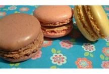 Macarons et whoopies / Les uns viennent d'Italie à l'origine, les autres des Etats-Unis et ce qui frappe c'est leurs variétés: goûts, couleurs, aspect, texture, ... leur monde ne se suffit pas.