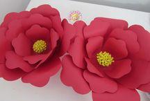 Flores grandes e pequenas / Lindas flores em papel. Diversos tamanhos, para decoração.