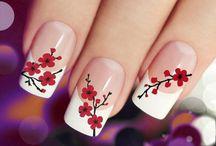 Unghie con fiori di ciliegio dipinti