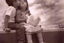 Bambini / Un bambino può insegnare sempre tre cose ad un adulto: a essere contento senza motivo, a essere sempre occupato con qualche cosa, e a pretendere con ogni sua forza quello che desidera. (Paulo Coelho)