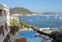 Ferragosto in Sardegna / Prenota da noi la tua cena di Gran Galà a Ferragosto! Un menù ricco e sfizioso servito a bordo piscina con musica dal vivo, il tutto accompagnato dalla brezza marina e dalla vista incantevole sul Golfo!