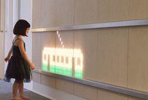 Das Kinderkrankenhaus Hat Eine Lustige Licht Emittierende Holz-Wand Gefüllt Mit Bewegten Animationen