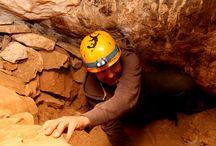 Espeleología / Las cuevas se componen de salas, comunicadas a través de pasajes y gateras estrechas, dónde merece la pena rebozarse por el suelo arcilloso. Siguiendo las huellas de espeleólogos, es fácil progresar. Realizamos cuevas de progresión horizontal y alguna que otra vertical, dónde utilizamos elementos de descenso como cuerdas, descendedores, etc. La aventura que te proponemos es sencilla.