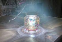 """Вкусный """"Волшебный фонарь"""" (вместе с детьми) / Создайте такой или аналогичный фонарь с вашими детьми.  Для такого фонаря вам понадобиться банка от вкусного варенья, лампочка с патроном и провод с электрической вилкой.  Берем банку и расписываем ее витражными (или иными другими) красками. Орнамент и цвета на ваш вкус и полет фантазии:)  В крышку закрепляем патрон и вворачиваем в него лампочку и.... фонарь готов:)"""