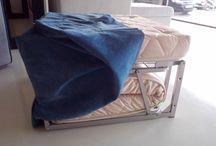 Πτυσσόμενο Σκαμπό LEONARDO / Μίνι σκαμπό που μετατρέπεται με μια απλή κίνηση σε μονό κρεβάτι.Έχει μεταλλικό μηχανισμό και ατσάλινο υπόστρωμα,στρώμα Ιταλικής κατασκευής (Ultra Latex) και παρέχεται η δυνατότητα επιλογής υφάσματος για το κάλυμμα.Τέλος ο μηχανισμός έχει και ροδάκια για ευκολότερη μετακίνηση.