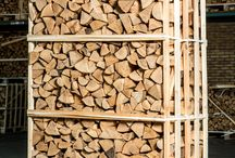 Openhaardhout / Verschillende kratten openhaardhout.