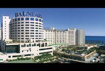 Bienvenido Hotel Balneario 5* / Ubicado en las plantas superiores del Mayor Balneario de Agua Marina de Europa y situado en primera línea de playa de la privilegiada Costa de Castellón, el Hotel Marina d'Or 5* es un lujo para los sentidos y una referencia entre los hoteles Balneario de Europa. Cuenta con 184 habitaciones, incluyendo espléndidas suites tematizadas, junior-suites y habitaciones adaptadas.