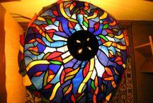 Ólomüveg - Stained glass / Az ólomüvegezés nem csak a templomok ablakaihoz használható, hiszen a Tiffany technikának köszönhetően kisebb felületek is könnyen íveltté tehetőek, így lakások, sőt belső terek díszítésére is alkalmassá vált a díszüveg.