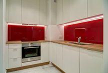 Aranżacje Perfect Space - Czerwony akcent / Kto powiedział że małe nie może być piękne? Zwłaszcza jak jest w nim troszkę betonu architektonicznego (łazienka) i lakierowanych na czerwono elementów stolarskich :)  Duża ilość miejsc bibliotecznych mówi wiele dobrego o właścicielach – przesympatycznej parze młodych ludzi.