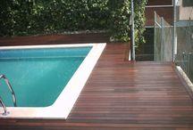 Colocación de tarima de madera en terraza con piscina