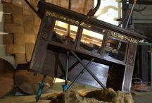 Möbel Dekonstruktion artetectura design   http://juergenstoehr.wix.com / Möbel-Dekonstruktion: hier Modell »Spieß-Bürger«  6.900.-- Euro Bärenfell und Hintergrundwand sind Deko.  Klassische Möbel erleben Metamorphosen, Transfor-mationen, Splittings, Mutationen, Prothesen, Widersprüche und Inklusionen, Überwucherungen und andere Ausbrüche und Eingriffe; sie werden zu fremdartigen Hybriden und zu autonomen Möbel-Skulpturen, die ihre Funktion erst wieder neu finden müssen