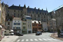 """Lapalisse / Lapalisse, village étape, situé dans le sud du département de l'Allier, Lapalisse témoigne d'un passé prestigieux où la ville était déjà connue au moyen-Age, comme """"notable passage en Bourbonnais"""". Avec ses 3300 habitants, Lapalisse demeure une cité dynamique au croisement des axes nord-sud, est-ouest et nord -est/sud-ouest."""