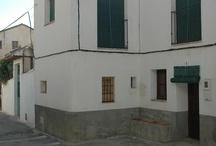 """Casa Veleta / Alojamiento rural """"Casa Veleta"""" en Melegís (Granada). Típica casa de pueblo recientemente restaurada, que conserva todo el sabor tradicional andaluz. Es una casa de tres plantas, aunque con un toque diferente: en la planta baja tenemos las dos habitaciones y el baño, junto con patio chiquitillo; subiendo las escaleras a la segunda planta encontramos, en planta abierta, la cocina comedor y el salón, muy acogedor con su estufa de leña. Y la última planta es una terraza con magníficas vistas."""
