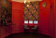 Antoine d'Albiousse showroom Paris / Antoine d'Albiousse reçoit ses clients, sur rendez-vous, dans un appartement galerie très parisien. Les tissus sont en situation, présentés dans un univers à son image, au milieu des objets qu'il a chiné et qui ont tous une histoire.