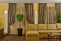 Hotel Dorna - Rafinament și relaxare / Hotelul Dorna se află în inima frumoasei stațiuni Vatra Dornei, la baza pârtiei. Un hotel unde eleganța și rafinamentul se regăsesc în fiecare detaliu. Oaspeții hotelului se pot bucura de o atmosferă caldă, realizată în stil clasic. 24 dintre camere sunt mobilate cu produse de calitate, din gama Louis Philipe. Terasa este decorată cu mobilier din gama Themis. Canapelele Flower încununează apartamentele elegante ale hotelului, oferind relaxare și bun gust.