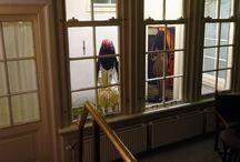 Inner in Arti et Amicitiae /  De installatie is alleen van binnen te zien, het werk staat buiten. Je kan er niet omheen, de zijramen zijn geblindeerd. Je zal zou nooit haar voorkant zien, zij blijft een raadsel, de onbekende. Je kan haar zelfs niet aanraken want je staat achter glas naar haar te kijken. Ze refereert aan andere kunstenaars en verbeeld tegelijkertijd het hoogst eigentijdse.