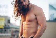 Long Hair Beard / Orgulhosamente apresento os homens mais cabeludos. Homens cabeludos podem ser muito atraentes. Pensando nisso, selecionamos fotos de rapazes que provam que longas madeixas são lindas.