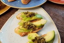 Przekąski w formie tapas / Bubbles zainspirowało się smakami wspaniałej Hiszpanii i przygotowało dla swoich klientów przekąski w formie Tapas. Spróbować można przepysznych smaków: Tatar z pomidora na grzance, Awokado z salsą pistacjową na bagietce, Sardynki z salsą cytrynową na grzance dijon, Fasolka z bobem i chorizzo, Kaszanka z chorizzo i smażoną cebulą. Smaki Hiszpańskie w połączeniu z szampanem tylko w Bubbles! http://www.bubbles.com.pl
