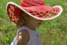 klobouky , čepice. ..