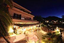 Le camere dell'Hotel Delfino - Procchio - Isola d'Elba / L'Hotel Delfino è composto da 33 camere, doppie/matrimoniali, triple, quadruple ed una camera quintupla, ideali per coppie e famiglie.    Le camere sono caratterizzate da un arredo sobrio, dotate di balcone attrezzato, aria condizionata, tende oscuranti, servizi privati con doccia, telefono e televisore lcd, quasi tutte con vista mare laterale. I bambini da 0 a 2 anni dormiranno in culla/lettino da campeggio della dimensione di un metro completo di biancheria e di cuscino antisoffocamento.