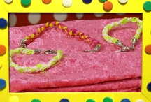 Textiel, textiel, textiel - aflevering 11. KnutselTV / De zussen gaan vandaag aan de gang met textiel. Mascha vrolijkt haar oude blousje op met applicaties en lint. Anouk gebruik het lint juist weer voor een mooi armbandje. Dus, gooi nooit textiel weg! Je kunt er altijd iets moois van maken.