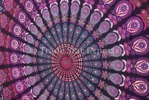 Mandalas / Mandala significa círculo em palavra sânscrito. Mandala também possui outros significados, como círculo mágico ou concentração de energia, e universalmente a mandala é o símbolo da integração e da harmonia. A mandala é uma espécie de yantra (instrumento, meio, emblema) que em diversas línguas da península indostânica significa círculo.