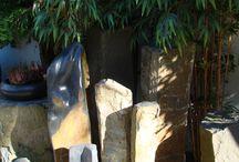 Buitencollectie: zwerfkeien en andere ruwe stenen / Op onze oprijlaan staan allerlei ruwe steensoorten: ze worden als grafmonument gebruikt, maar ook als object voor in de tuin.