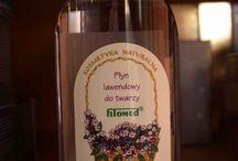 """Płyn lawendowy Fitomed / Składniki naturalne: aromatyczna woda lawendowa (20%), olejek lawendowy, miód wielokwiatowy, ocet owocowy, nalewka z kwiatu lawendy.   Właściwości i działanie: płyn lawendowy o świeżym zapachu jest idealnym środkiem do """"ożywienia"""" skóry zmęczonej. W stosowaniu zewnętrznym poprawia ukrwienie naskórka i nadaje mu ładny kolor. Cera nabiera zdrowego połysku, staje się gładka, jędrna i elastyczna.   Objętość: 150 ml."""