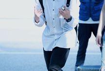 Jeon Jungkook / Stage Name: Jungkook (정국) Nome: Jeon Jungkook → Hangul: 전정국 Apelidos: JungKookie, Kookie, Maknae de Ouro Posição no Grupo: Vocal principal, dançarino guia e Maknae